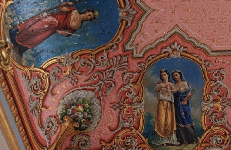 Λεπτομέρεια γωνίας οροφής με αρχαιοελληνικές γυναικείες μορφές, προσφιλής επιλογή διακόσμησης στα πρώτα χρόνια από τη σύσταση του Ελληνικού Κράτους