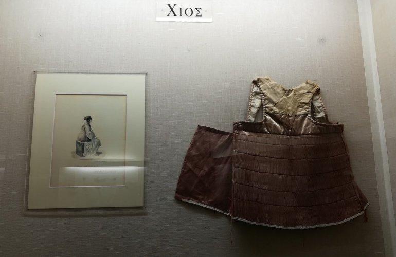 8. Επιτοίχια απεικόνιση χιώτικου παραδοσιακού γιλέκου, μέρος της υπόλοιπης φορεσιάς.