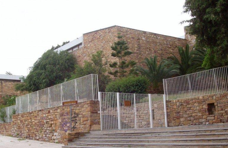 Η είσοδος του Αρχαιολογικού Μουσείου επί της οδού Μιχάλων