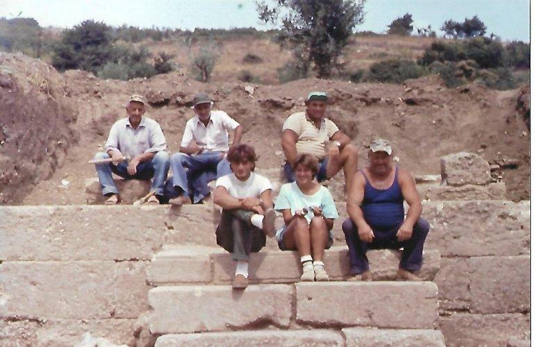 Στην φωτογραφία, με τους συνεργάτες στο Πρόπυλο του Γυμνασίου. Εκεί κοντά βρέθηκε ο Εφηβαρχικός νόμος της Αμφίπολης.