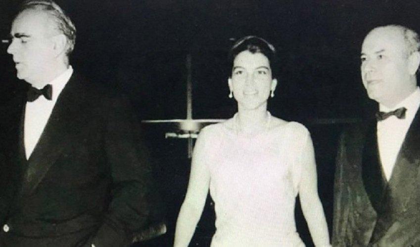 Η απαστράπτουσα Αμαλία Μεγαπάνου σε δεξίωση στο Παρίσι, ανάμεσα στον πρωθυπουργό τότε σύζυγό της και τον εκ Βροντάδου πλοιοκτήτη-τραπεζίτη. Κατά κοινή ομολογία, πέραν της φυσικής καλλονής και της έμφυτης κομψότητας, η αείμνηστη ανιψιά του Παναγιώτη Κανελλόπουλου είχε καταξιωθεί, ως μία από τις πλέον πνευματικές Ελληνίδες και πολυγραφότατη συγγραφέας.