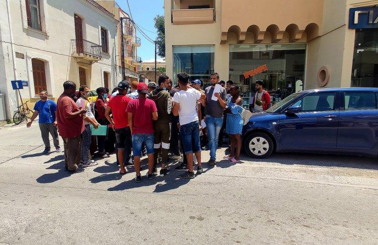Εικόνα στην οδό Κουντουριώτη, έξω από την Αστυνομική Διεύθυνση Χίου το μεσημέρι της Δευτέρας 22/6