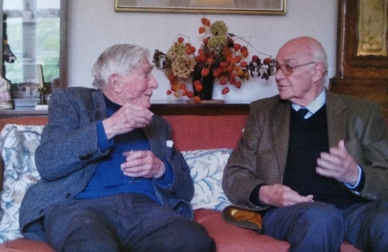 Ο S. Hood με τον J. Boardman στο σπίτι του πρώτου στην Κορνουάλη τον Οκτώβριο του 2012, μετά τη Διημερίδα για τα «100 Χρόνια Αρχαιολογικής Έρευνας στη Χίο». Τη φωτογραφία μου απέστειλε ο J. Boarman.