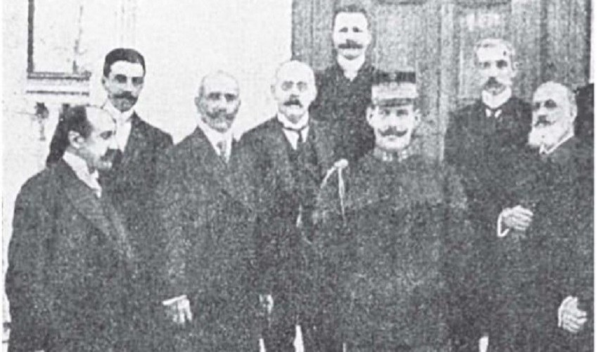 Ο Νεγρεπόντης πρώτος από αριστερά και ακολουθούν Αλέξανδρος Μερκάτης, Σπυρίδων Στάης, Σπυρίδων Λάμπρος, Γεώργιος Στρέιτ, Διάδοχος Κωνσταντίνος, Πέτρος Καλλιγάς, Παύλος Σκουζές, Μ. Στελλάκης, Νικόλαος Θων, Κωνσταντίνος Μηλιώτης Κομνηνός. Πρόκειται για την Επιτροπή Διοργάνωσης των Ολυμπιακών Αγώνων του1906.