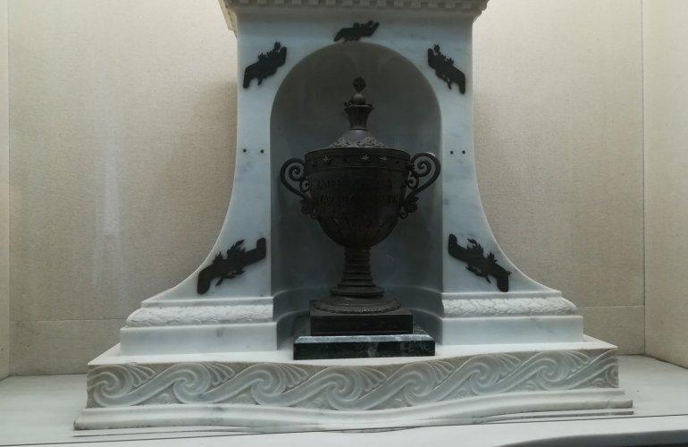 7. Μαρμάρινη Λήκυνθος όπου είναι τοποθετημένη η καρδιά του Κωνσταντίνου Κανάρη.