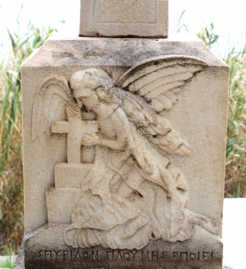Η παράσταση στη βάση του σταυρού του τάφου.