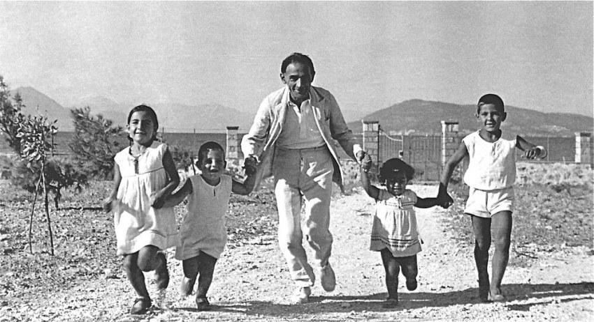 Με τα παιδιά του Ινώ, Ίωνα, Τάσο και Πέτρο στην Αίγινα περί το 1937.