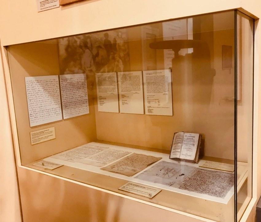 Η προθήκη του με έκθεμα το χειρόγραφο στο εν λόγω Μουσείο