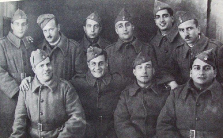 «Διάσημοι φαντάροι του 1940». Στο μέσον ο Λ. Κωνσταντάρας και πίσω αριστερά του ο συγγραφέας.