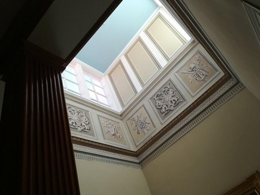 Η σοφίτα ή το παρατηρητήριο του κλιμακοστασίου. Προσφέρει άπλετο φως στο εσωτερικό του κτιρίου και συνάμα αναδεικνύει τον περίτεχνο διάκοσμο.