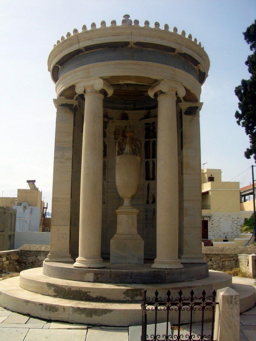 Το επιβλητικό Ταφικό Μνημείο των Πετροκοκκίνων στην Ερμούπολη.