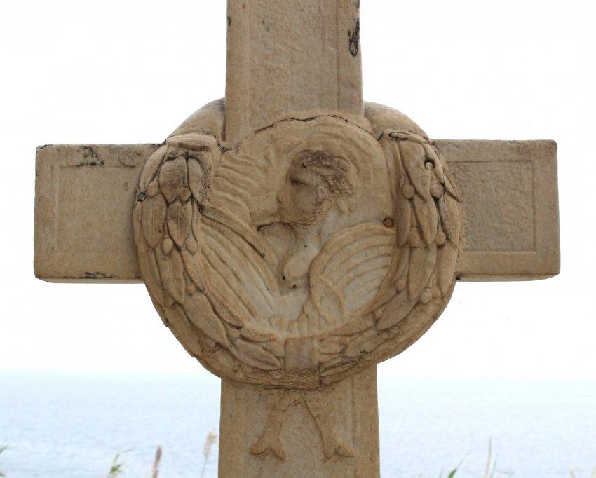 Το στεφάνι στο σταυρό του τάφου.