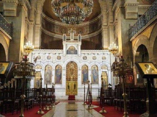 Μαρμάρινο γλυπτό τέμπλο, αγιογραφίες και λαμπρά διακοσμητικά στοιχεία στο εσωτερικό