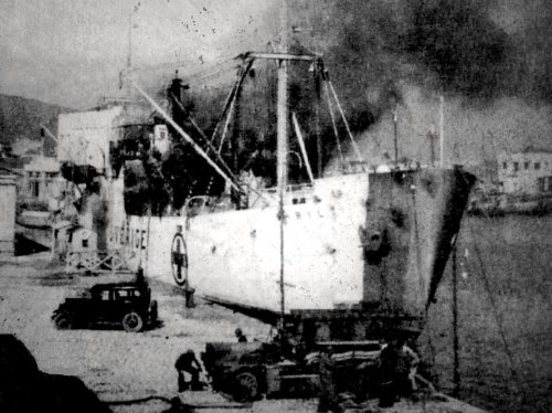 Το WIRIL βομβαρδισμένο στο λιμάνι της Χίου. Φωτ. Ν. Β. Χαβιάρα.