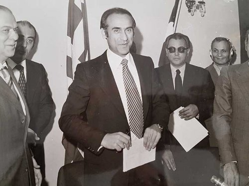 Ο Α. Χανδρής με το συνάδελφό του Λουκά Νομικό, τον τότε υπουργό Εμπορικής Ναυτιλίας Αλ. Παπαδόγγονα και εκπρόσωπο των Ναυτεργατών