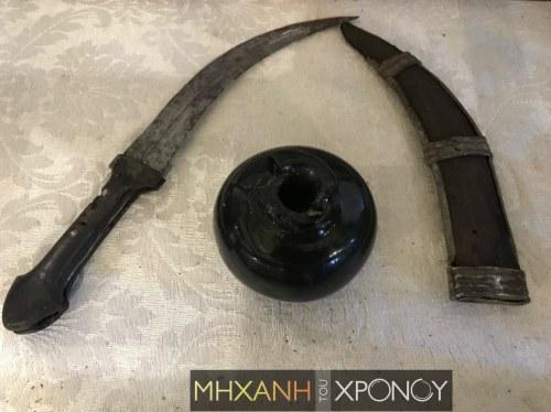 Η κάμα (ναυτικό μαχαίρι) του μεγάλου Ψαριανού μαζί με τη «Μολότοφ», στο Ναυτικό Μουσείο Χίου