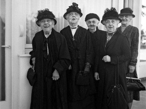 Οι πέντε θυγατέρες από τις επτά του Αρ. Μπαλτατζή, στην Κωνσταντινούπολη ή το Ψυχικό.  Απουσιάζουν οι Αμαλία και Ελίζα, ως προαποβιώσασες. Η φωτογραφία ανήκει σε Βιβλίο του αρχιτέκτονα Αλέξανδρου Τομπάζη, εγγονού της Ελίζας.
