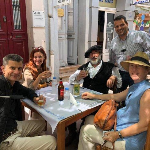 O αντιδήμαρχος Τουρισμού κ. Βεργίνας, με τον κινηματογραφιστή (πρώτος από αριστερά, κρατώντας την κάμερά του) και τους συνεργάτες του.