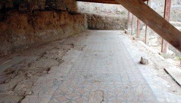 Δάπεδο της Εβραϊκής Συναγωγής, εντός του Κάστρου της Χίου, που όμως οικοδομήθηκε πολύ-πολύ αργότερα.
