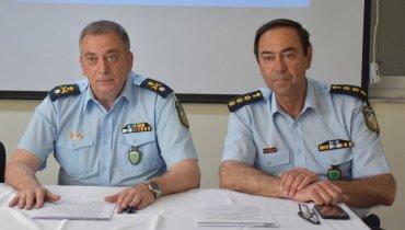 Από αριστερά ο Γενικός Αστυνομικός Διευθυντής Βορείου Αιγαίου Ε. Ντουρουντούς με τον προαχθέντα Ταξίαρχο Δ. Αυγερινό στο πλαίσιο συνέντευξης Τύπου.