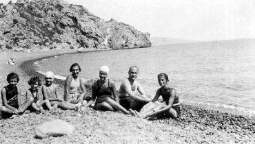 Νεανική συντροφιά των αδελφών Θεοτοκά στην παραλία Μαύρα βόλια της Χίου