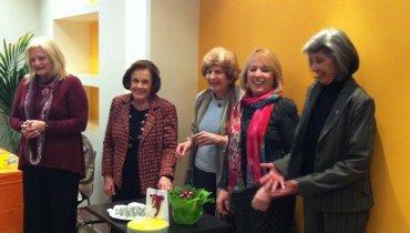 Η Δέσποινα Γιαμώδη (η 3η από αριστερά) μαζί με άλλες εθελόντριες της Ελληνικής Εταιρείας Παιγνιοθήκης.