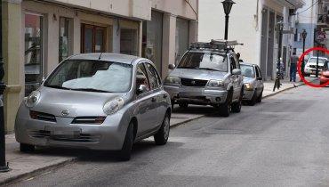 Μέσα στον κύκλο περιπολικό της ΕΛ.ΑΣ. παράνομα σταθμευμένο στην αρχή των πεζοδρομίων της οδού Μιχαήλ Λιβανού.