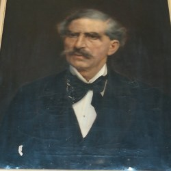 Πορτρέτο του Στ. Πρώιου, κοσμεί την αίθουσα του Δημοτικού Συμβουλίου Ερμουπόλεως.