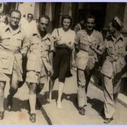 Στα χρόνια του Πολέμου στη Μέση Ανατολή ως κορυφαίο στέλεχος του Κρατικού Συγκροτήματος Ψυχαγωγίας Ενόπλων Δυνάμεων. Στο μέσο η σύντροφός του Μαίρη Γιατρά.