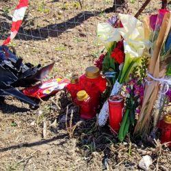 Λίγα λουλούδια από συγγενείς και φίλους του αδικοχαμένου νεαρού στο σημείο του συμβάντος στον περιφερειακό δρόμο των Νενήτων