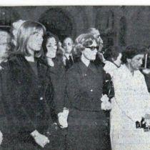 Στην κηδεία της Κάλλας το 1977 εντός του ναού διακρίνονται οι πριγκίπισσες του Μονακό Γκρέις με την κόρη της Καρολίνα, η αδελφή της αθάνατης ντίβας Υακίνθη και η διεθνούς φήμης πιανίστα Βάσω Δεβερτζή