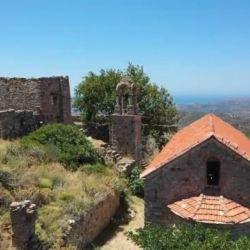 Η Ιερά Μονή Μουνδών βρίσκεται στα 300 μέτρα υψόμετρου της οροσειρά Πελινναίου