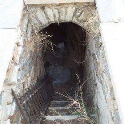Η κλίμακα που οδηγεί στο υπόγειο κάτω τμήμα-ναΐσκο.