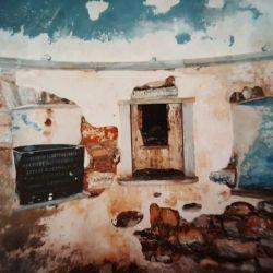 Το εσωτερικό, υπόγειο πρώτο επίπεδο διαθέτει ναΐσκο.