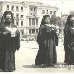 Η νεκρώσιμη πομπή για την κηδεία του Αρχιεπισκόπου Αθηνών Δωροθέου του 2ου , σε φόντο την έπαυλη Παππούδωφ.