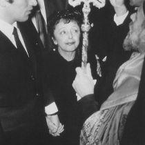 """Το """"Σπουργιτάκι της Γαλλίας"""" παντρεύεται στον Άγιο Στέφανο τον Έλληνα κομμωτή, μετέπειτα τραγουδιστή και κατά είκοσι χρόνια νεότερο δεύτερο σύζυγό της Θεοφάνη Λαμπούκα"""
