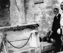 Το ταφικό του μνημείο, έργο του ξαδέλφου του Πικιώνη